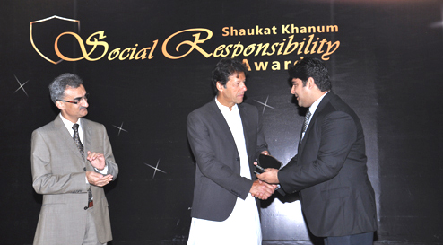 Lahore: Mr. Imran Khan while giving away the CSR Award to Mr. Shahzad Ahmad from Warid Telecom during a Corporate Social Responsibility Award Ceremony.
